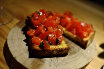 Bruschetta with Tomato, Garlic & Basil