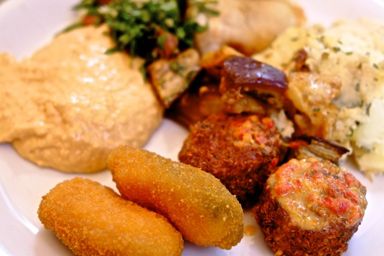 Falafals, Houmus, coated jalipinos
