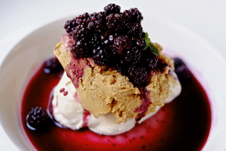 Meringue with Blackberries