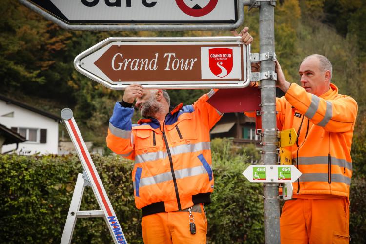 SUISSE TOURISME, GRAND TOUR DE SUISSE -  Pose du premier panneau du Grand Tour de Suisse dans le Jura, ˆ Saint-Ursanne le vendredi 16 octobre 2015. (PHOTOPRESS/Benjamin Zurbriggen)